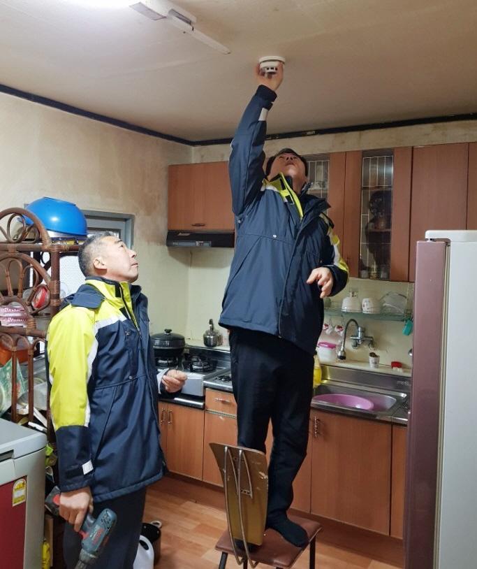 (1. 8.) 단독경보형 감지기를 설치 중인 의용소방대원2